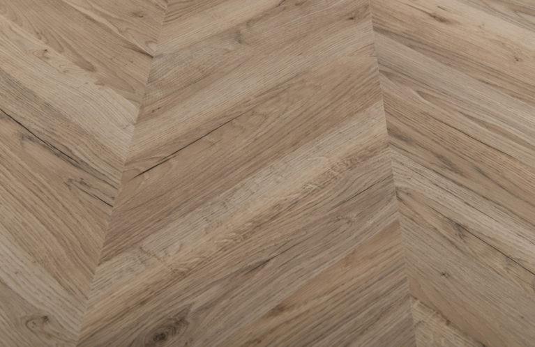 De Egger Light Rillington Oak is een moderne laminaat vloer met een visgraat motief. Deze exclusieve visgraatvloer creëert een luxe uitstraling in uw woning