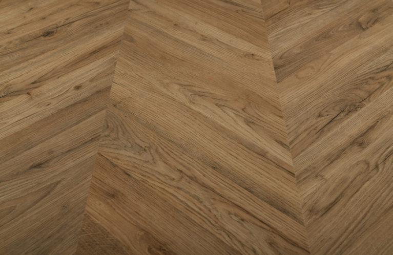 De Egger Dark Rillington Oak is een moderne laminaat vloer met een visgraat motief. Deze exclusieve visgraatvloer creëert een luxe uitstraling.