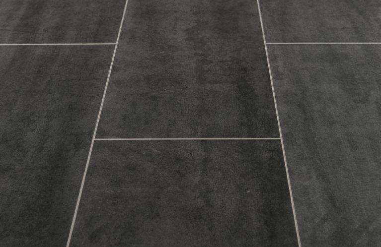 De Kronotex Mega Plus Senia is een moderne laminaat vloer met een tegel motief. Dit exclusieve laminaat creëert een luxe uitstraling.