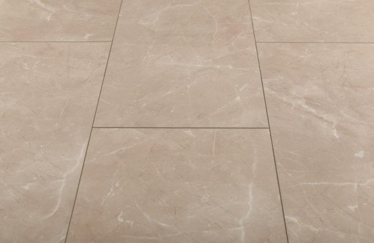 De Falquon Stone Botticino Light is een moderne laminaat vloer met een tegel motief. Dit exclusieve laminaat creëert een luxe uitstraling.