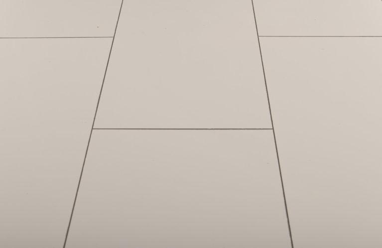 De Falquon Stone Wit hoogglans is een moderne laminaat vloer met een strak motief. Dit exclusieve laminaat creëert een luxe uitstraling.