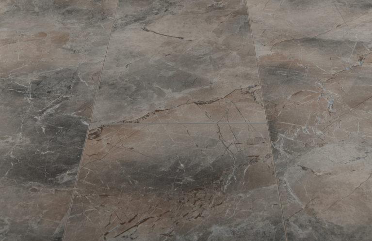 De Kronotex Mega Plus Naxos is een moderne laminaat vloer met een tegel motief. Deze exclusieve laminaat creëert een exclusieve uitstraling.