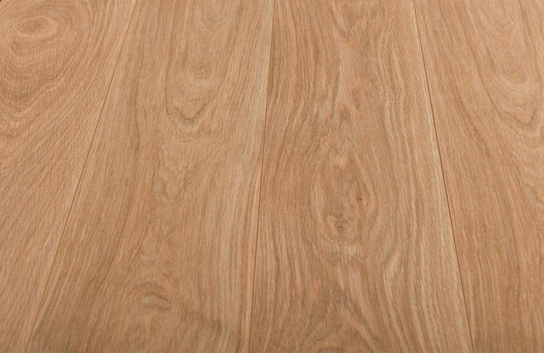 De Kronotex Exquisit Waveless Oak Nature is een moderne laminaat vloer met een eiken motief. Dit exclusieve laminaat creëert een luxe uitstraling.