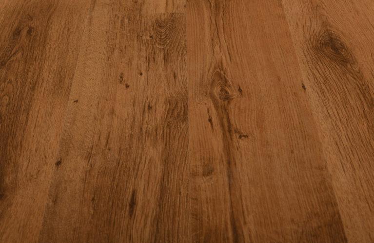 De Kronotex Sutter Oak is een moderne laminaat vloer met een eiken motief. Dit exclusieve laminaat creëert een luxe uitstraling.