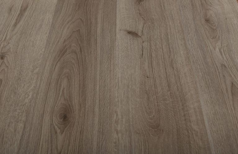 De Kronotex Grey Oak is een moderne laminaat vloer met een eiken motief. Dit exclusieve laminaat creëert een luxe uitstraling.
