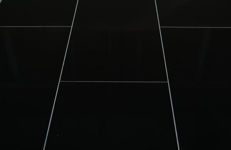 De Falquon Stone Hoogglans zwart is een moderne laminaat vloer met een tegel motief. Dit exclusieve laminaat creëert een luxe uitstraling.
