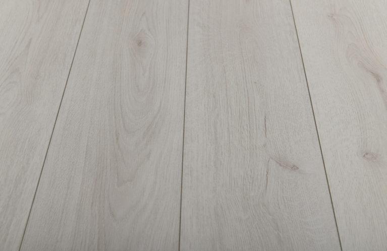 De Kronotex Trend Oak White is een moderne laminaat vloer met een eiken motief. Dit exclusieve laminaat creëert een luxe uitstraling.