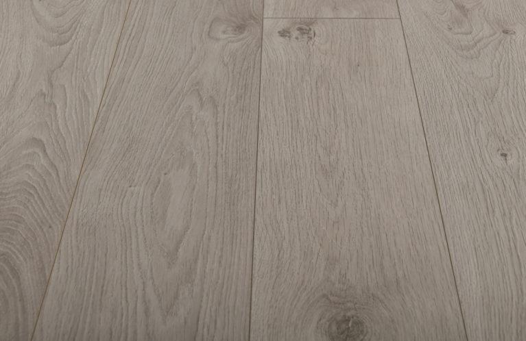 De Kronotex Exquisit Atlas Oak White is een luxe laminaat vloer met een licht motief. Dit exclusieve laminaat creëert een luxe uitstraling.