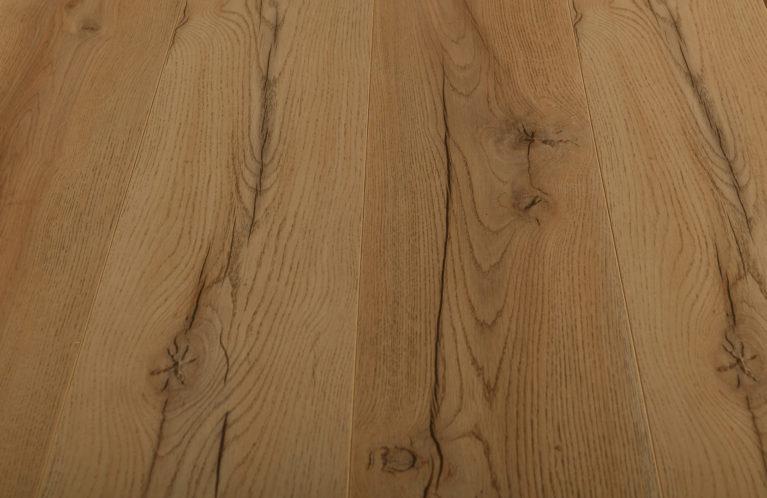 De Kronotex Century Oak Beige is een warme laminaat vloer met een eiken motief. Dit exclusieve laminaat creëert een luxe uitstraling.