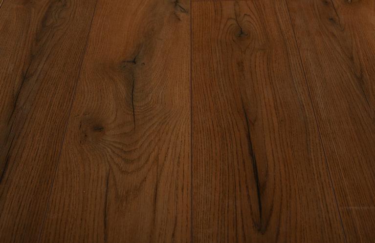 De Kronotex Century Oak Brown is een warme laminaat vloer met een eiken motief. Dit exclusieve laminaat creëert een luxe uitstraling.