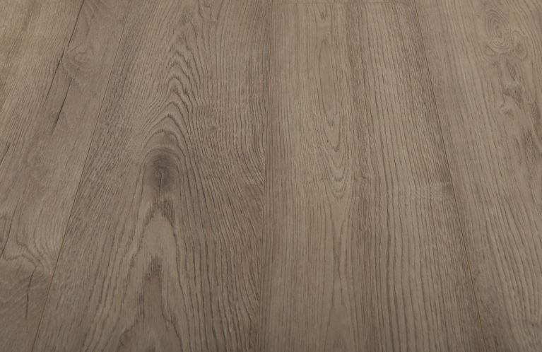 De Kronotex Exquisit Pettersson Oak Beige is een moderne laminaat vloer met een eiken motief. Dit exclusieve laminaat creëert een luxe uitstraling.