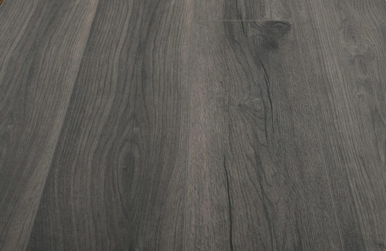 De Kronotex Exquisit Petterson Oak Grey is een moderne laminaat vloer met een eiken motief. Dit exclusieve laminaat creëert een luxe uitstraling.