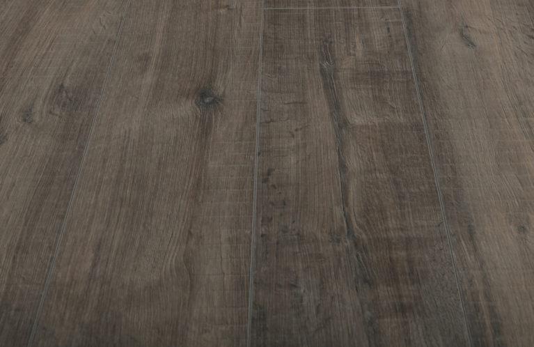 De Kronotex Exquisit Gala Oak Grey is een moderne laminaat vloer met een eiken motief. Dit exclusieve laminaat creëert een luxe uitstraling.