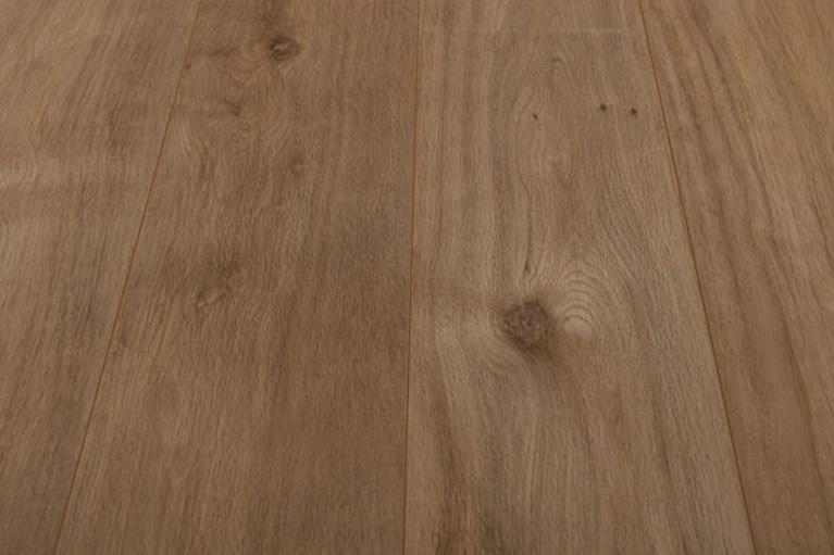 De Egger Zermatt Oak is een moderne laminaat vloer met een eiken motief. Dit exclusieve laminaat creëert een luxe uitstraling.