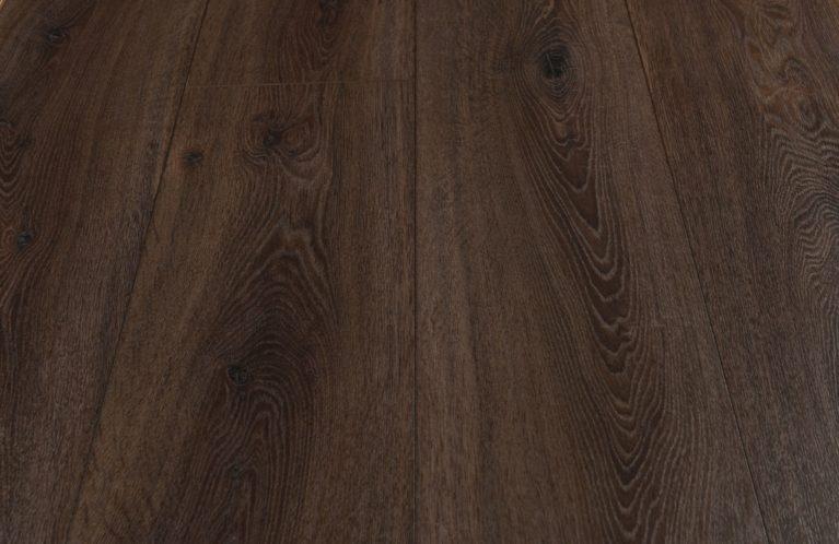 De Kronotex Exquisit Prestige Oak Dark is een moderne laminaat vloer met een eiken motief. Dit exclusieve laminaat creëert een luxe uitstraling.